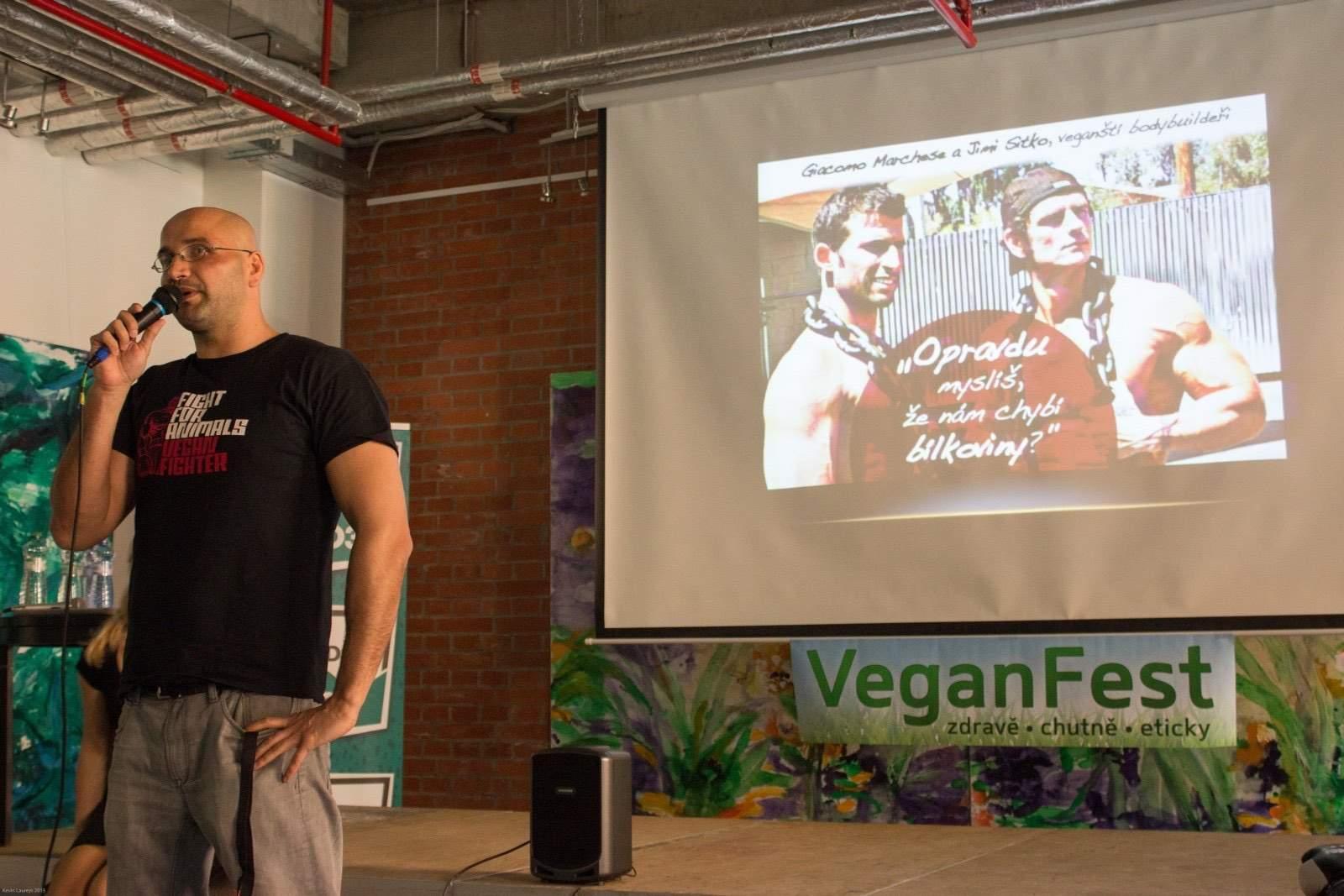 Jedna z nejoblíbenějších přednášek je od vrcholových sportovců ze skupiny Vegan Fighter. Na fotografii mluví thaiboxer a kickboxer Jan Müller | Foto: Kolektiv pro zvířata
