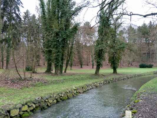 Říčka Klenice pramení blízko vesničky Nepřívěc na Sobotecku, protéká údolím Plakánek a do Jizery se vlévá v Mladé Boleslavi.