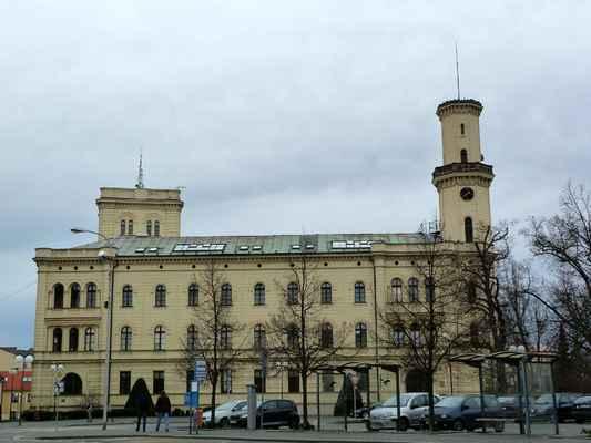 Budova magistrátu v novorenesančním slohu na Komenského náměstí.