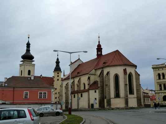 Kostel Nanebevzetí Panny Marie, vlevo za ním radnice.