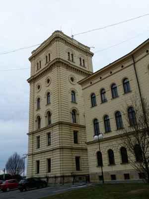 Nová vodárenská věž v novorenesančním slohu, dnes v ní sídlí stavební úřad.