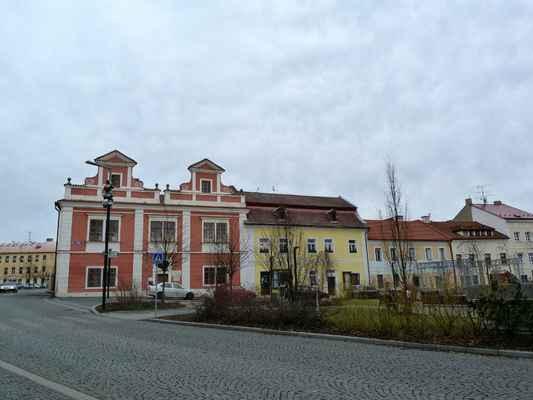 Náměstíčko proti kostelu Nanebevzetí Panny Marie.