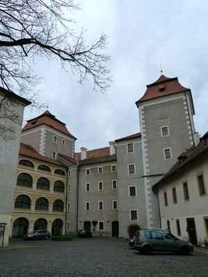 Mladoboleslavský hrad. Z nádvoří moc působivý není, ale zezdola, když se jde od hlavního nádraží, má podstatu. Opravdu bytelný hrad na skále. Na hradě je regionální muzeum Mladoboleslavska.