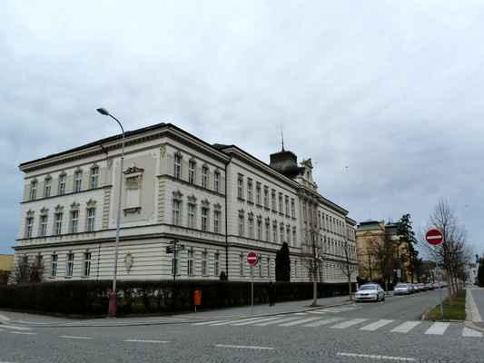 A tady začíná asi nejhezčí ulice Mladé Boleslavi. V ulici Palackého jsou velmi impozantní budovy z počátku 20. století, tedy období secese. Tohle je gymnázium.