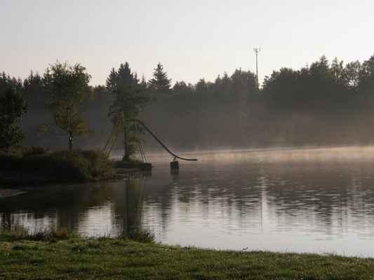 rybník v kempu - první ráno. Šel jsem se šel podívat k rybníku. Opravdu nebylo teplo, a tak jsem letos poprvé na srazu vynechal ranní koupání.