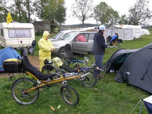 Sobotní ráno - Vzbudil nás déšť a na kolo jsme se tedy chystali déle a s poněkud menší chutí než včera. Marta (MM) a romantic a v popředí to nejlepší kolo vůbec.