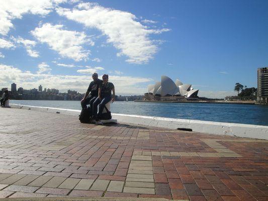 Sydney Opera House - Fanda, Iva, budova opery a modré australské nebe, zrcadlící se na hladině mořského zálivu v přístavu v Sydney. Krásná vzpomínka na asi nejhezčí dovolenou mého života!