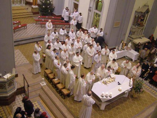 02-kněží s biskupem Janem slaví bohoslužbu.