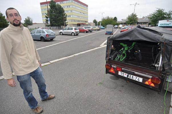 Milan pro mě přijel s vlekem do Hradce. Pod plachtou jsou ještě vidět obě naše leha. Milanův Ibex se tam na postavení vešel jen tak tak.