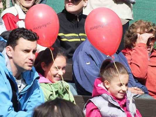 Obecenstvo v neděli dopoledne. Na jevišti vyhrávají Kaštánci. Tentokrát rozdával červené balónky Maxprogres.