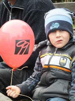 Děti měly radost z balónků. Byly plněny plynem a nepozorným uletěly.