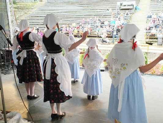 """Děti z Borověnky a tanec """"Krejčí""""."""