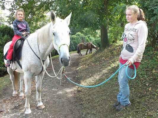 Ing. Jitka Slámková s jezdeckým sdružením na horní cestě. Koně jezdily s dětmi na hřbetě trpělivě sem a zase tam.