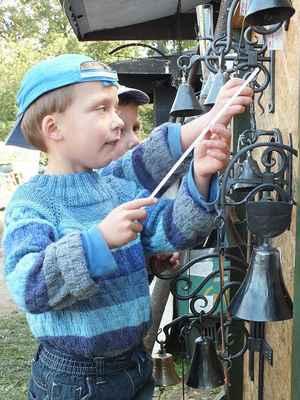 Stanoviště uměleckého kováře. Dětem dělalo zvonění radost.