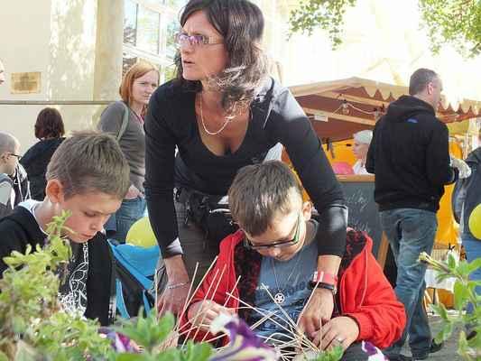 Vpravo od vchodu do parku učila Blanka Matušková děti různým dovednostem.