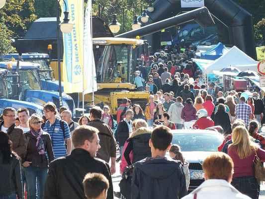 Ulice Hradní v neděli 23. září kolem patnácté hodiny. Davy návštěvníků. Za oba dny přes devět tisíc lidí.