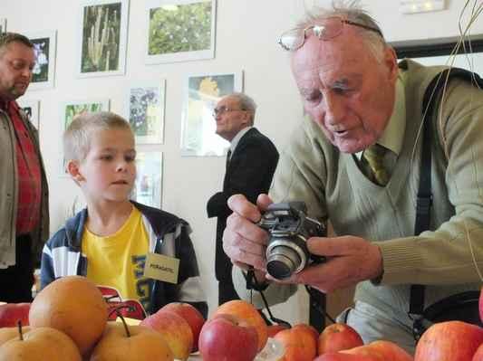 Instruktor a skvělý znalec řezu ovocných stromů Ing. Josef Kostelecký.