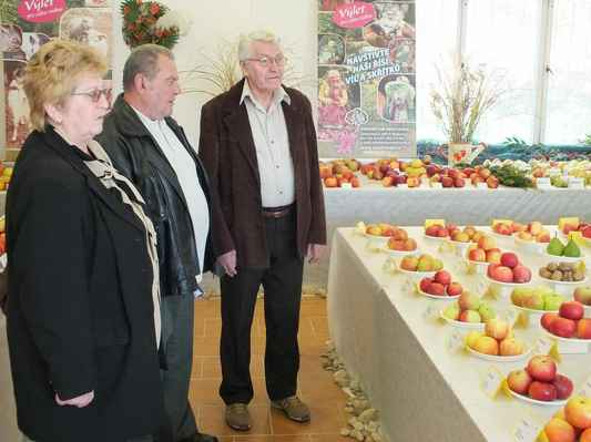 Vzadu předseda ZO ČZS Boskovice Ladislav Nezval provází návštěvníky odborným výkladem.