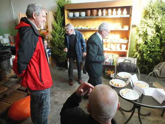 Expozice keramiky a ochutnávka vzorků v malém sále. Ve předu sedící Josef Janků, vzadu vlevo Wiliam Juřek, vpravo Josef Šafář.