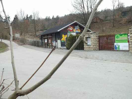 Spodní část Arboreta Šmelcovna s prodejnou zahrádkářských potřeb a výpěstků. Snímek z 13. dubna 2012. Cestou vlevo nahoru se jde k hale s Regionální výstavou ovoce a okrasných dřevin. Vedle ní vlevo je pak expozice pro děti Ze zahrádky do pohádky.