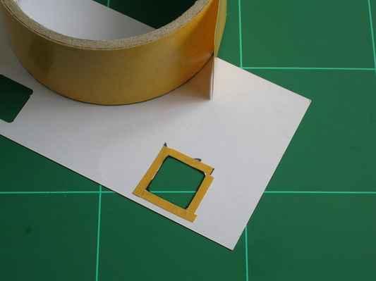 obr. č.88 - Z rubu nalepíme k zaretušovaným hranám okýnka proužky pásky
