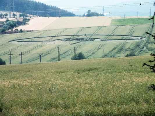 Snímek obrazce ze vzdálenosti cca 950 metrů pořízený 30. června od bývalého statku na výpadovce k Jevíčku.  Zde je vidět jeho mohutnost. Průměr cca 120 metrů.