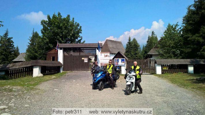 U vchodu do Múzea liptovskej dediny Pribylina