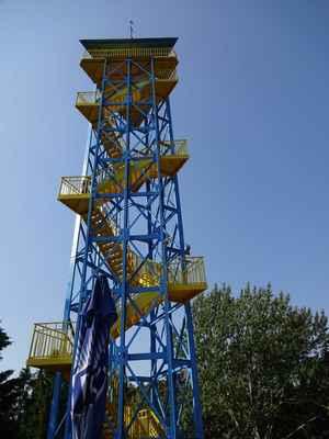 Vyhlídková věž Raritou olomoucké zoo je vyhlídková věž s moderní kovovou konstrukcí a trojúhelníkovým půdorysem. Stavba byla zahájena v roce 1972 z důvodu mimořádné dotace komise pro rozvoj cestovního ruchu. Dokončena byla v roce 1974. Autorem projektu byl architekt Jan Navrátil. Dnes tvoří hlavní dominantu zoo viditelnou z dalekého okolí. Celková výška je 32 metrů. Z horní vyhlídkové plošiny, která je 29,3 metru nad úrovní okolního terénu, můžeme pozorovat zvířata v zoo, obdivovat barokní architekturu baziliky Navštívení panny Marie, sledovat panoráma Olomouce a jeho okolí nebo za jasného počasí shlédnout siluetu Jeseníků s jejich nejvyšší horou Pradědem. Na věž vás z horní terasy dovede 128 schodů, plocha vyhlídkové plošiny je 18,6 m2, v původním stavu sloužila až do roku 1999, kdy byla započata rekonstrukce obou teras. Z vyhlídkové věže bylo odstraněno plechové opláštění a byla opatřena antikorozním nátěrem v pískové a modré barvě, čímž věž získala daleko estetičtější vzhled.