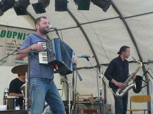 Vinobr09_06 - Václav Koubek s kapelou hrál známější písničky, prokládal je příběhy ze života.