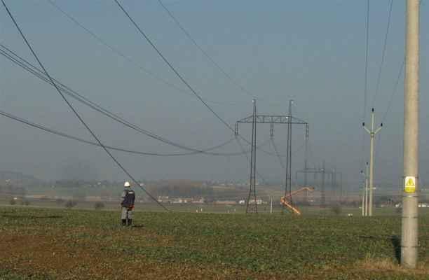 z plošiny nad  vypnutou linkou 35 kV se lano přestřihne a později pod vedením opět spojí a může se sbálet